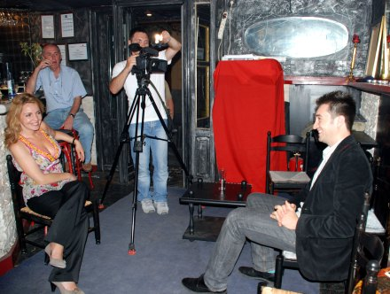 Mihaela Craciun (TVR), prezentă la eveniment,  il intervievează pe dir. Niram Art, Fabianni Belemuski